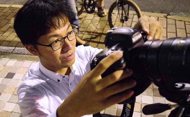 撮影する吉野